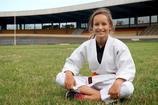 Bild 1 von 3: Sarah ist eine flinke Judoka. Für einige Wochen tauscht die Elfjährige ihr Hobby mit dem leidenschaftlichen Radrennfahrer Louis.