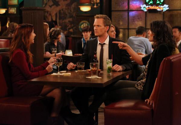Bild 1 von 39: Rückblende: Barney (Neil Patrick Harris, M.) muss sich einer ganzen Reihe von Herausforderungen durch Lily (Alyson Hannigan, l.) und Robin (Cobie Smulders, r.) stellen ...