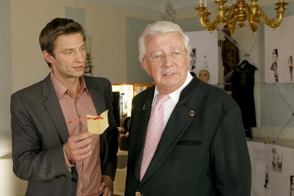 Bild 1 von 2: Kommissar Sven Hansen (Igor Jeftic, l.) ertappt Weinhändler Harry Norden (Dieter Thomas Heck, r.) .
