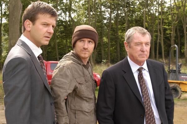 Bild 1 von 5: DS Ben Jones (Jason Hughes, l.), Spud (Ben Crompton, M.) und DCI Tom Barnaby (John Nettles, r.).