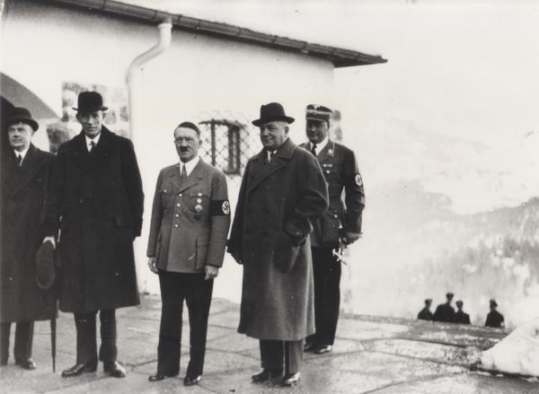 Bild 1 von 2: Der britische Politiker Lord Halifax besucht im November 1937 Hitler.