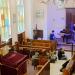 Bunte Gemeinde in einer alten Synagoge