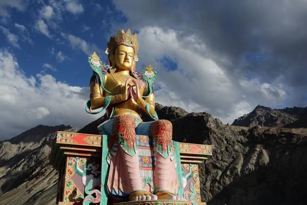 Bild 1 von 5: Nirgendwo ist man dem Himmel so nah wie im Himalaya. Dort finden sich allerorts Spuren spiritueller Verehrung. Die 32 Meter große Buddha-Statue steht im Nubra-Tal im Norden Indiens und wurde mit acht Kilogramm Gold verziert.
