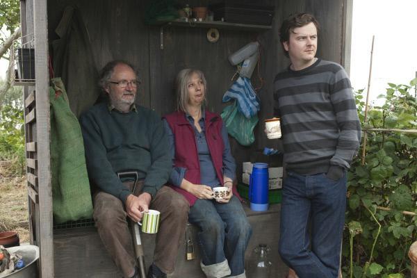 Bild 1 von 11: Tom (Jim Broadbent), Gerri (Ruth Sheen) und ihr Sohn Joe (Oliver Maltman) genießen den warmen Tee nach der Arbeit im Schrebergarten.