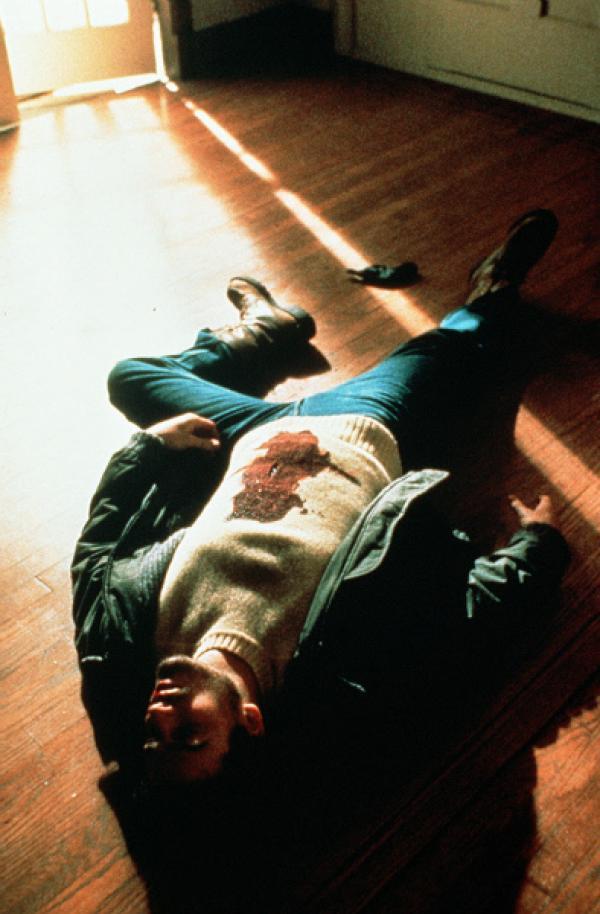 Bild 1 von 6: Stephanie (Jill Schoelen) hat ihren neuen Stiefvater durchschaut und weiß jetzt dass sie in Lebensgefahr schwebt.