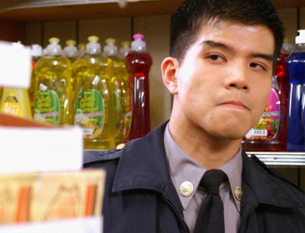 Bild 1 von 2: Der Rekrut Kenny Li (Telly Leung) wird durch Zufall Zeuge eines brutalen Überfalls auf einen kleinen Drugstore.