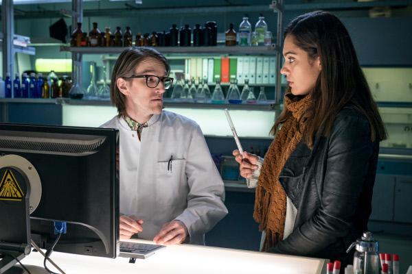 Bild 1 von 9: Olivia Fareedi (Nilam Farooq, r.) bittet Lorenz Rettig (Daniel Steiner, l.) vertraulich um den Abgleich einer DNA-Probe.