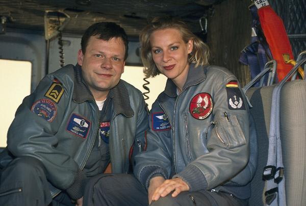 Bild 1 von 2: Der Rettungssanitäter Thomas Asmus (Ulrich Bähnk) und die Oberstabsärztin Dr. Sabine Petersen (Marlene Marlow) sind ein eingespieltes und erfolgreiches Team.