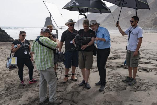 Bild 1 von 8: Dreharbeiten in der Vulkanlandschaft von Teneriffa: Unter echter Sonne zu schwitzen, ist für das Team schon ein anderes Gefühl als unter den Scheinwerfern im Studio.