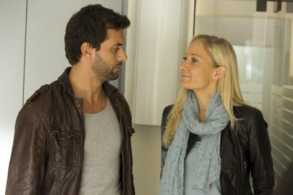 Bild 1 von 1: Nikolas Heldt (Kai Schumann) zieht Ellen Bannenberg (Janine Kunze) wegen eines blauen Flecks am Hals auf.