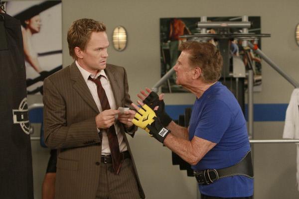 Bild 1 von 21: Barney (Neil Patrick Harris, l.) erhofft sich von Regis Philbin (Regis Philbin, r.) Hilfe. Denn sie sind auf der Suche nach dem legendären Burger in New York und Marshall kann sich noch erinnern, dass von Regis ein Bild im Laden hing ...