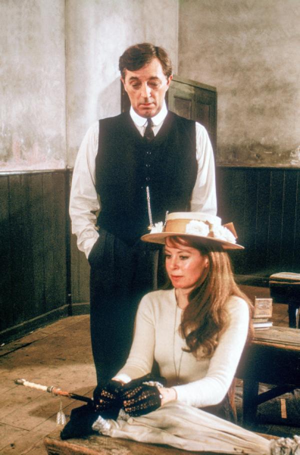 Bild 1 von 7: Ein ungleiches Paar: Witwer Charles Shaughnessy (Robert Mitchum) und seine zweite Frau Rosy (Sarah Miles). Die Tochter des Schankwirts hatte offensichtlich zu hohe Erwartungen an die Ehe mit dem Volksschullehrer.