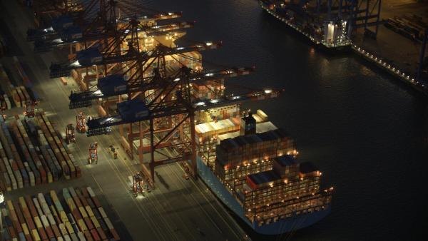 Bild 1 von 8: Der Hamburger Hafen ist der größte deutsche Seehafen. Rund 8000 Schiffe laufen ihn pro Jahr an. Der Hafen liegt etwa 100 km von der Mündung der Elbe in die Nordsee entfernt.