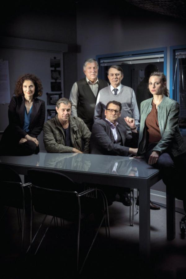 Bild 1 von 4: Im Bild das Revierteam: Dr. Hilke Zobel (Proschat Madani), Finn Kiesewetter (Sven Martinek), Schroeter (Veit Stu¨bner), Lars Englen (Ingo Naujoks), E. Ernst (Jürgen Uter), Nina Weiss (Julia Schäfle)