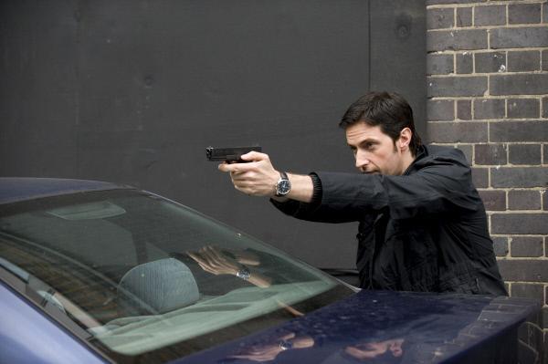 Bild 1 von 4: Agent Lucas North (Richard Armitage) und seine Kollegen werden vor einem sicheren Haus des MI5 angegriffen.