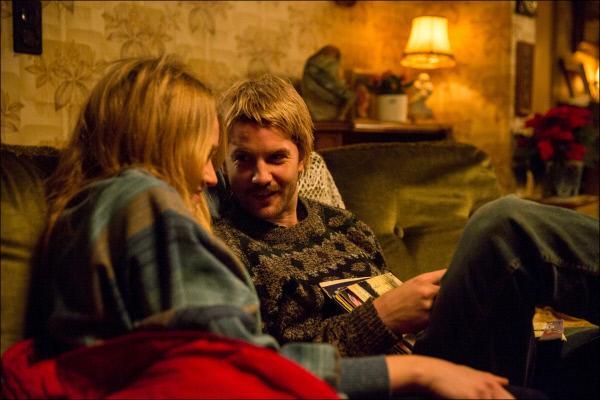 Bild 1 von 15: Cor Van Hout (Jim Sturgess, r.) möchte seiner Freundin Sonja Holleeder (Jemima West, l.) finanzielle Sicherheit bieten und sieht seine einzige Chance in der Kriminalität.