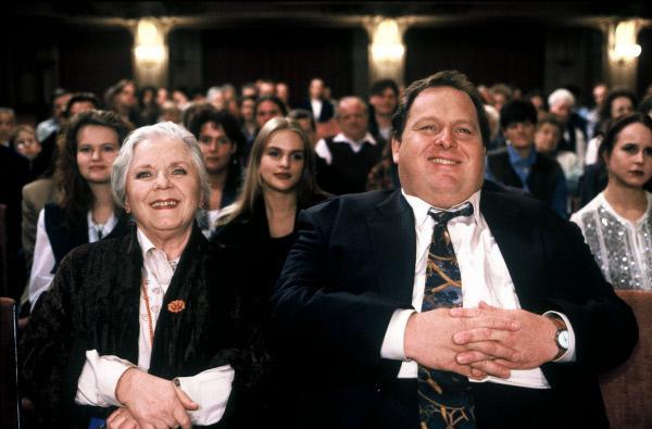 Bild 1 von 5: Benno Berghammer (Ottfried Fischer, r.) und seine Mutter Resi (Ruth Drexel, l.) freuen sich auf die Vorstellung des Tourneetheaters in Bad Tölz. Doch das Vergnügen endet abrupt ...