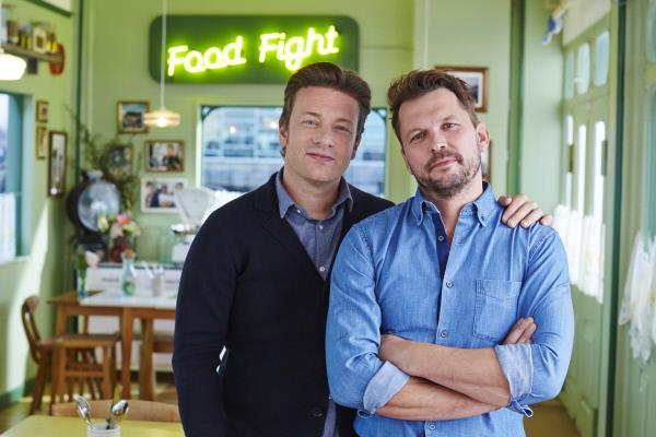 Bild 1 von 4: (4. Staffel) - Jamie Oliver (l.) und sein Kumpel Jimmy Doherty (r.) lieben gutes Essen, nette Gespräche und einen verantwortungsvollen Umgang mit Nahrungsmitteln ...