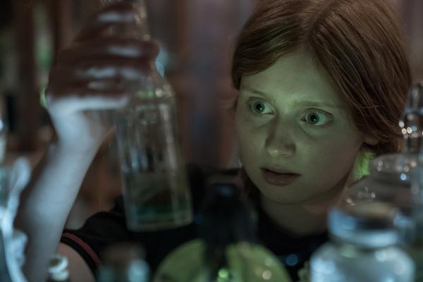 Bild 1 von 7: Mildred (Lydia Page) sucht die Zaubermittel zusammen, mit denen sie und Frau Graustein einen Zaubertrank für Indigo mischen wollen. Der Trank soll verhindern, dass Indigo für immer eine erwachsene Frau wird.