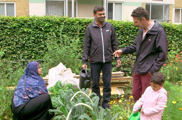 Bild 1 von 3: Im ehemaligen Arbeiterviertel Augustenborg erfährt Philippe Simay (re.), dass Gemeinschaftsgärten nicht nur das ökologische Bewusstsein der Bewohner fördern, sondern auch wichtige Integrationsarbeit leisten.