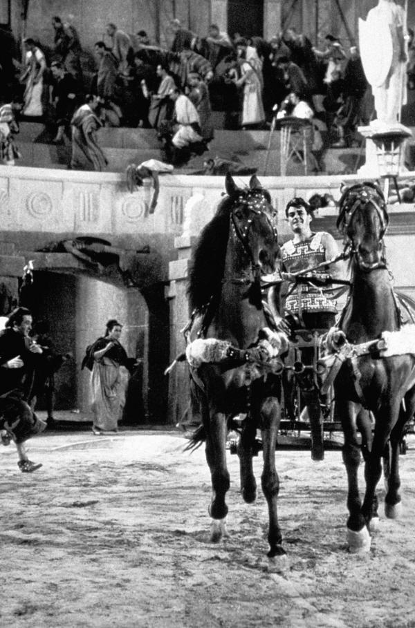 Bild 1 von 5: Im Zirkus werden die Rebellen zur Unterhaltung der Bewohner von Rhodos öffentlich gefoltert und hingerichtet. Dareios (Rory Calhoun) stürzt sich in die Arena und verkündet das Komplott von Thar gegen König Xerxes, um die Rebellen zu retten.