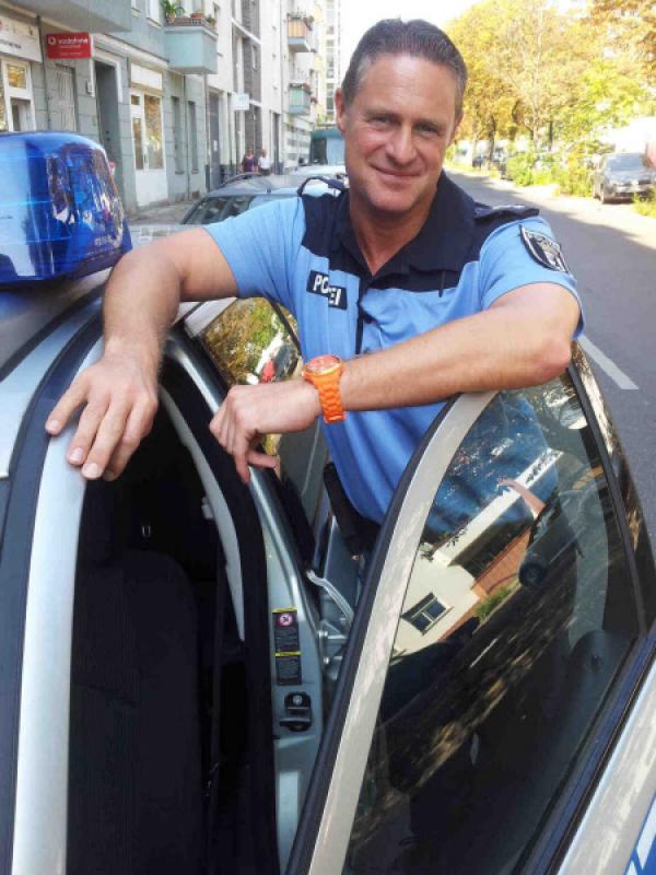 """Bild 1 von 8: """"Achtung Kontrolle! Einsatz für die Ordnungshüter"""" begleitet Ordnungshüter bei der Arbeit. Foto: Chris Michels, Polizist in Berlin"""