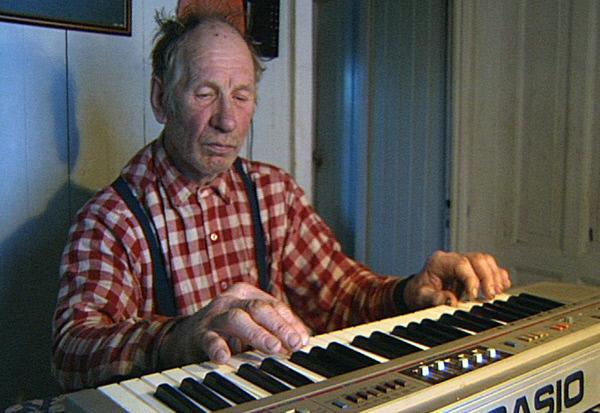 Bild 1 von 2: An langen dunklen Winterabenden spielt Nonni auf seinem Keyboard.