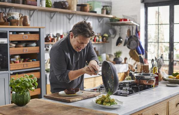 Bild 1 von 6: (2. Staffel) Jamie Oliver