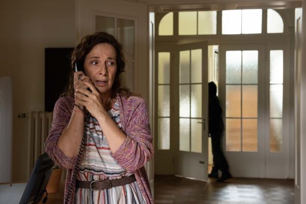 Bild 1 von 11: Als Sabine Schott (Clelia Sarto) die Leiche ihrer Schwester findet, ist sie so aufgelöst, dass sie nicht bemerkt, wie sich eine verdächtige Person aus der Wohnung schleicht.