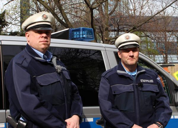 Bild 1 von 8: (6. Staffel) - Mein Revier - Ordnungshüter räumen auf: Manuel Seyfried (l.) und Christian Pysch (r.) von der Stadtpolizei Frankfurt ...