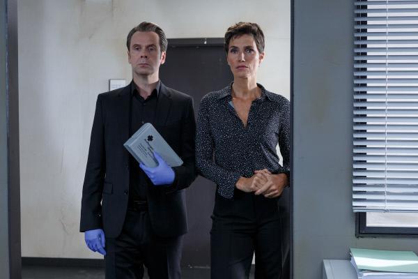 Bild 1 von 12: Christina Fehrmann (Julia Bremermann) ist bereit, auf Professor T.s (Matthias Matschke) ungewöhnliche Ermittlungsmethode einzugehen, denn sie weiß, dass er erfolgreich ist.