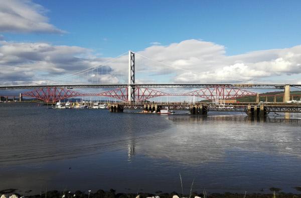 Bild 1 von 5: Die Forth Road Bridge und die Forth Bridge, unweit von Schottlands Hauptstadt Edinburgh