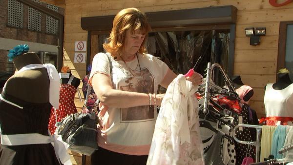 Bild 1 von 7: Frau Sch�ssler aus Berlin ist Stammkundin auf dem  Polenmarkt und hat ein Auge f�r Schn�ppchen.