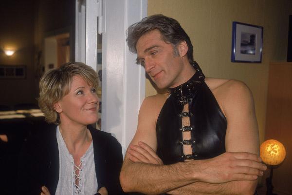 Bild 1 von 5: Dr. Schmidt (Walter Sittler) muss Nikola (Mariele Millowitsch) gestehen, dass er sich eigentlich um sie gesorgt hat und deswegen an ihrem vermeintlich neuem Hobby teilhaben wollte.