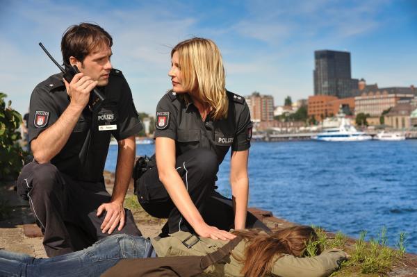Bild 1 von 15: Melanie Hansen (Sanna Englund, r.) und Mattes Seeler (Matthias Schloo, l.) haben das vermisste Mädchen bewusstlos am Elbufer entdeckt.