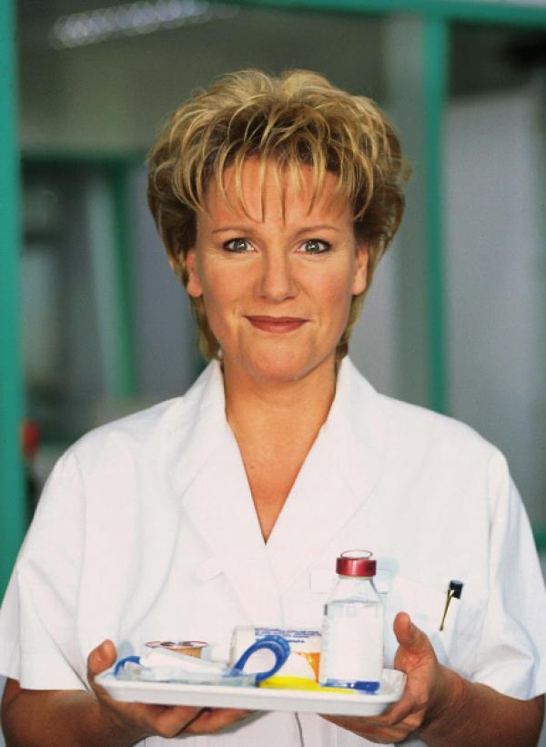 Bild 1 von 9: Im Mittelpunkt der Comedy-Serie steht die eigenwillige Nikola Vollendorf (Mariele Millowitsch).