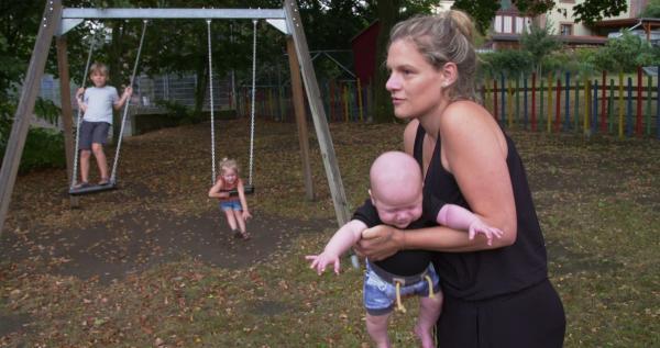 Bild 1 von 11: Lorina L. versucht ihre Kinder abzulenken, damit sie die Angst der Mutter vor Obdachlosigkeit nicht merken.