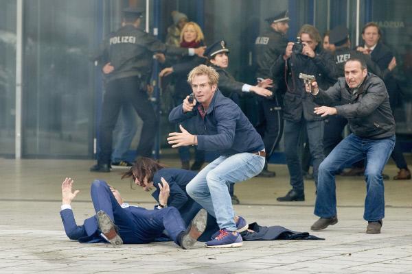 Bild 1 von 12: Während Jenny (Katrin Heß) sich um ihren verletzten Vater Martin Dorn (Robert Lohr, vorne l.) kümmert, sichern Paul (Daniel Roesner, M.) und Semir (Erdogan Atalay, r.) den Gefahrenbereich...