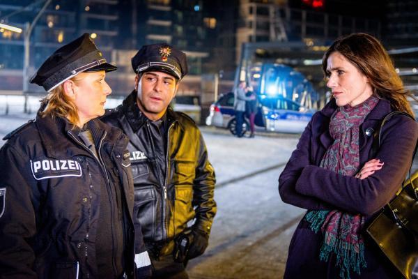 Bild 1 von 12: Claudia (Janette Rauch,  l.) und Tarik (Serhat Cokgezen, M.) nehmen die Aussage einer Augenzeugin (Julia Bremermann, r.) am Tatort auf, die ihren Kollegen Hans eher be- als entlastet.