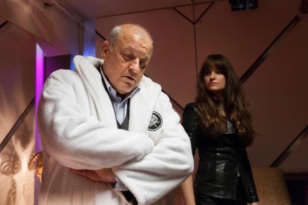 Bild 1 von 7: Alex (Ina Paule Klink) schlüpft in die Rolle einer russischen Prostituierten, um die kriminellen Machenschaften eines Mädchenhändlerrings offenzulegen. Wilsberg (Leonard Lansink) unterstützt sie dabei.