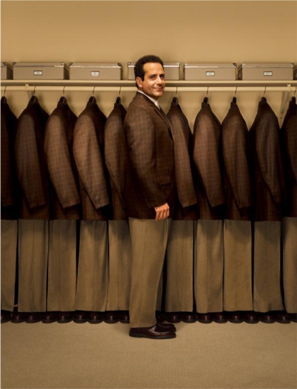 Bild 1 von 2: Mr. Monk (Tony Shalhoub) vor seiner abwechslungsreichen Garderobe.