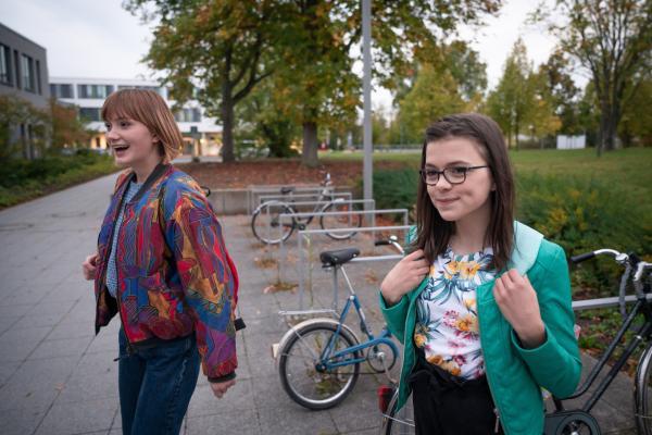 Bild 1 von 7: Rosa (Karlotta Hasselbach, mit Carla Hüttermann, li.) sieht endlich eine Chance auch im Modul aufgenommen zu werden.