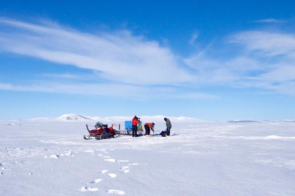 Bild 1 von 6: Gegen Ende des Winters ist jede Fahrt aufs Eis ein Risiko: Es kann brechen und mitsamt dem Motorschlitten aufs Meer treiben. Der Fischer Adem Boekmann wagt sich dennoch hinaus, um eine Delikatesse zu fangen: Königskrabben.
