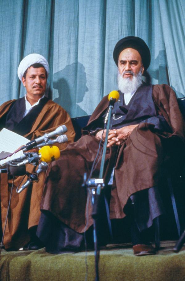Bild 1 von 3: Ajatollah Chomeini (re.) mit Akbar Haschemi Rafsandschani (li.) bei der Vorstellung der neuen Regierung nach der iranischen Revolution