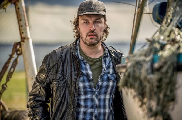Bild 1 von 1: Als Louise und Jan auf einem Boot am Hafen das Kleid des ersten Opfers entdecken und dem Mörder Anders Kjeldsen (Mats Riisom) immer näher auf die Spur kommen, ist dieser tatsächlich nicht weit.