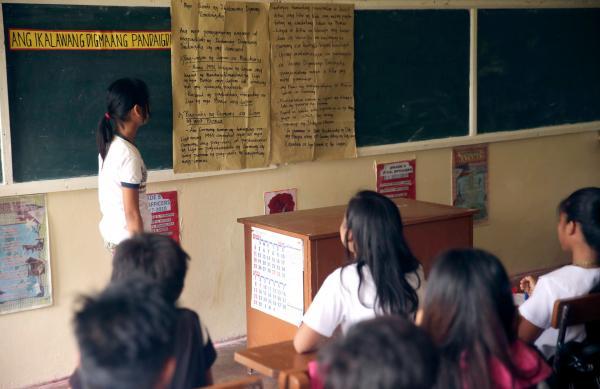 Bild 1 von 3: Schülerin Aibe hält ein Referat über die Rolle Spaniens im zweiten Weltkrieg.