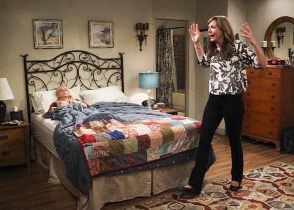Bild 1 von 11: Eigentlich müsste Christy (Anna Faris, l.) sich auf einen wichtigen Test vorbereiten, doch nachdem Bonnie (Allison Janney, r.) einen Antrag erhalten hat, braucht diese unbedingt seelische Unterstützung ...