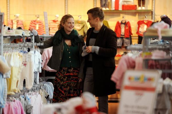 Bild 1 von 18: Obwohl Andrea (Diana Amft) noch nicht weiß, ob Rechtsanwalt Chris (Tom Wlaschiha) tatsächlich der Vater ihres ungeborenen Babys ist, begleitet er sie fürsorglich durch die Schwangerschaft.