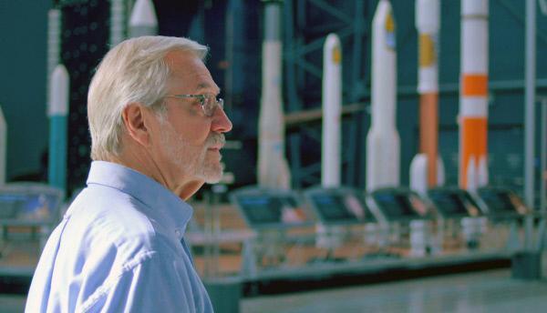 Bild 1 von 3: Der NASA-Berater Donald Kessler formulierte bereits in den 70er Jahren das sogenannte Kessler-Syndrom. Dieses besagt, dass mit zunehmender Konzentration von Weltraummüll das Risiko für eine Kettenreaktion besteht, bei der durch orbitale Kollisionen immer weiterer Weltraumschrott und damit wiederum ein immer weiter steigendes Kollisionsrisiko entsteht. Somit würde das Müllproblem stetig wachsen, auch wenn man sich bemühte, Weltraumschrott gänzlich zu vermeiden.