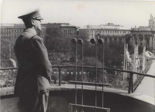 Bild 1 von 2: 1938: Hitler auf dem Balkon des Wiener Rathauses.